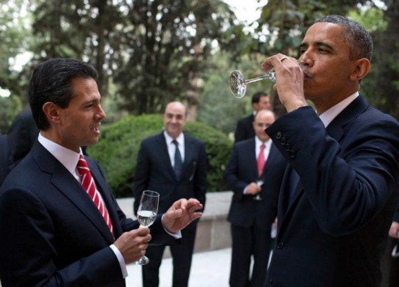 Para mostrar las diferencias con Donald Trump, el fotógrafo hizo circular la imagen de Obama brindando con su par mexicano.