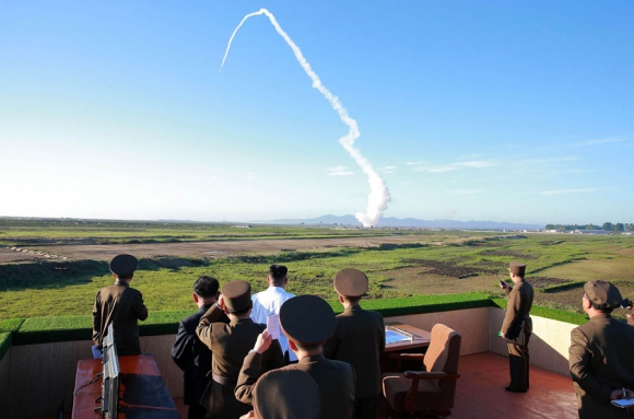 Foto oficial muestra a Kim Jong-Un supervisando el lanzamiento. Foto: AFP