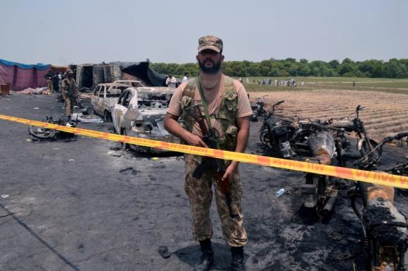 Varios vehículos quemadas en la carretera tras la explosión. Foto: Reuters