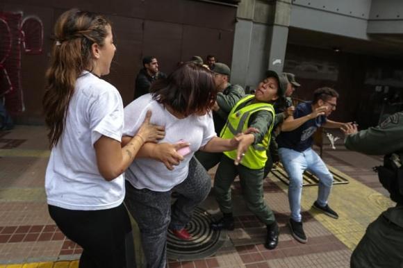 Venezolanos protestan contra decisión del TSJ. Foto: EFE