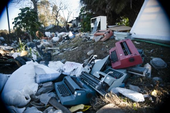 Los hombres viven mayoritariamente de clasificar la basura que sacan del vertedero. Foto: F. Ponzetto