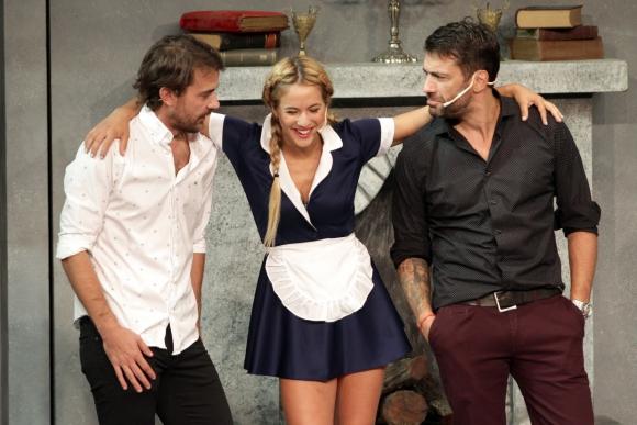 Pedro Alfonso, Flor Vigna y Gustavo Conti en Abracadabra. El elenco lo completan Freddy Villarreal, Iliana Calabró,