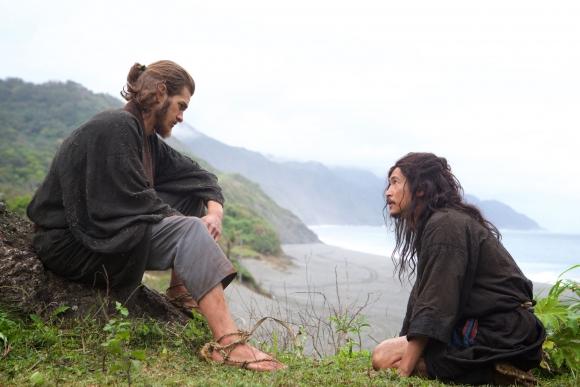 Dos sacerdotes jesuitas viajan a Japón en busca de su mentor.
