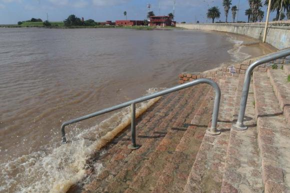 Con la creciente desapareció la playa Pocitos. Foto: Ariel Colmegna