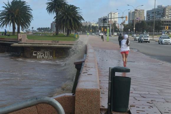 El río llegó hasta la rambla de la playa Ramírez. Foto: Ariel Colmegna
