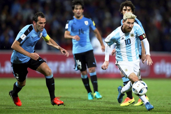 Godín y Messi en el último Argentina-Uruguay. Foto: Reuters.