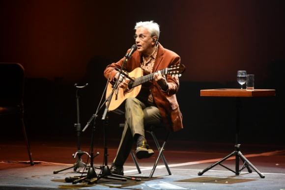 Veloso, solo con su guitarra. Foto: Marcelo Bonjour