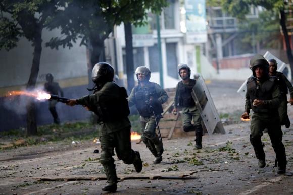 Opositores salieron ayer a las calles de Caracas en el primer día de huelga. <br>Foto: Reuters