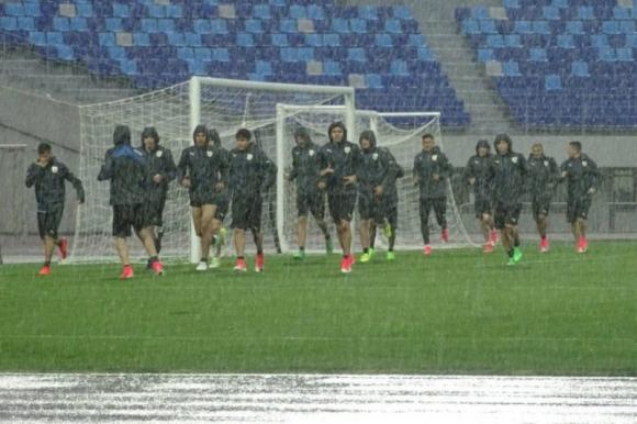Bajo una intensa lluvia el plantel celeste trabajó en el Hanbat Sport Complex. Foto: @Uruguay