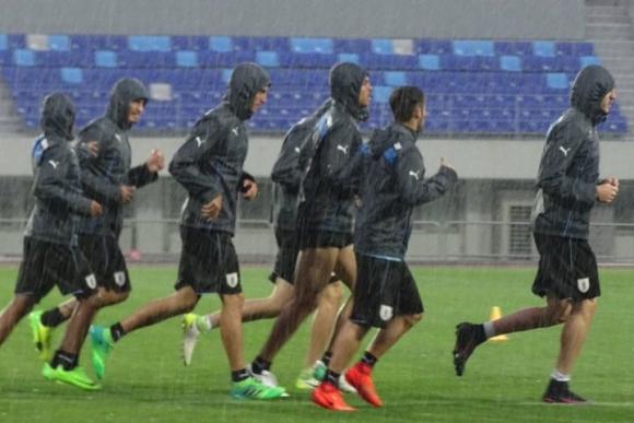 Los muchachos de Coito trotaron con ganas pese a la intensa lluvia. Foto: @Uruguay