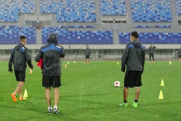 Los laterales quedaron del mismo lado en los ejercicios con pelota. Foto: @Uruguay