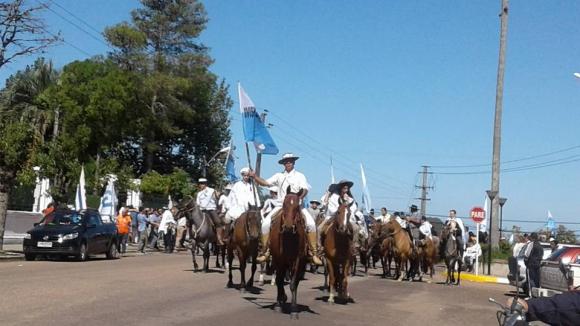 El comienzo de la caballeriza gaucha que representa la batalla de Arbolito. FOTO: Néstor Araújo