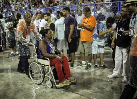 Accidente de carroza en carnaval de Río. Foto: EFE