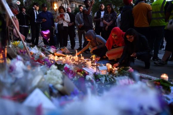 En la Iglesia Santa Ana, los habitantes de Manchester expresan su solidaridad. <br>Foto: AFP
