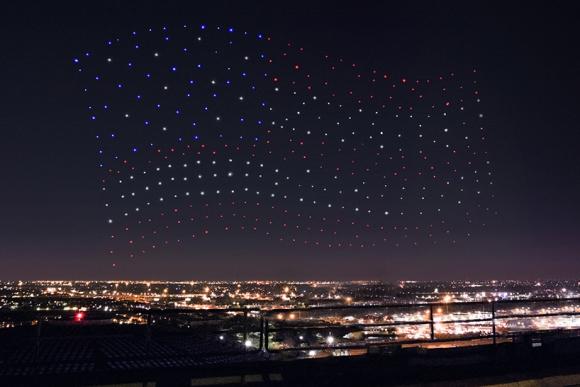 Los drones forman la imagen de la bandera americana.