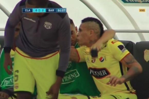Jonathan Álvez discutió con Guillermo Almada en el partido entre Barcelona y Clan Juvenil. Foto: Captura