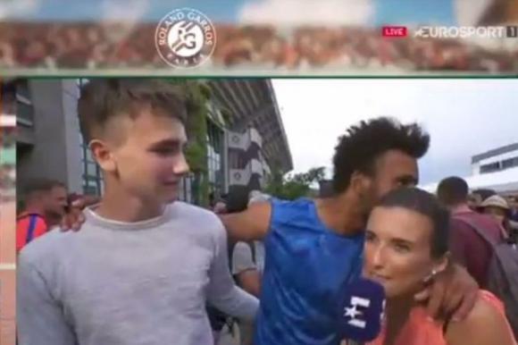El momento en el que Hamou intentó besar a la periodista. Foto: Captura