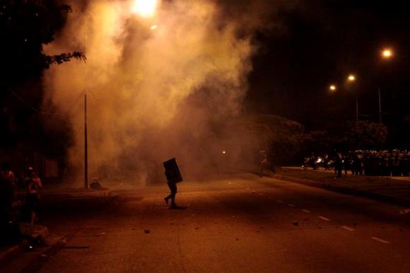 Las marchas se extienden a la noche en una Venezuela en crisis. Foto: EFE