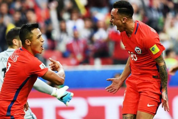 Martín Rodríguez y Sánchez celebran el gol del empate ante Australia. Foto: AFP