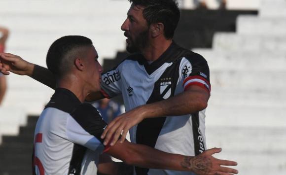 Juan Manuel Olivera festeja su gol con Danubio. Foto: Francisco Flores