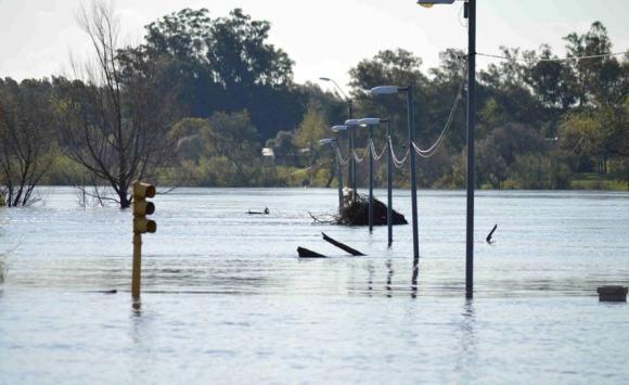 Al menos 30 evacuados en Mercedes por la crecida del río Negro. Foto: Daniel Rojas.