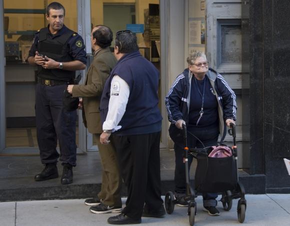 Beatriz, de 63 años, sale luego de registrarse para comprar cannabis. Foto: AFP