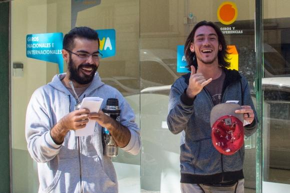 Dos jóvenes celebran luego de registrarse para comprar cannabis. Foto: AFP