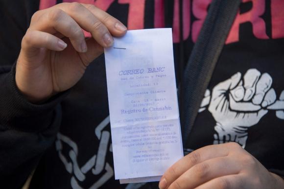 El recibo que certifica el registro oficial para la compra de cannabis. Foto: AFP