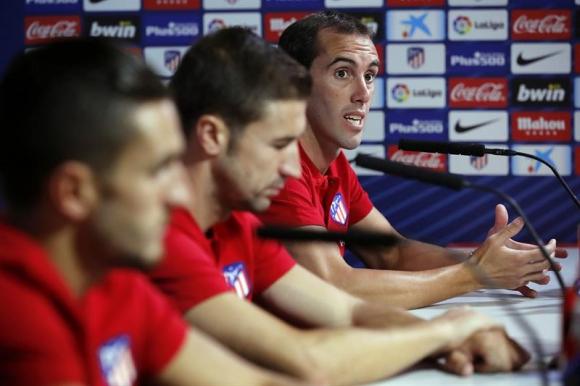Koke, Gabi y Diego Godín en la conferencia de los capitanes del Atlético. Foto: EFE