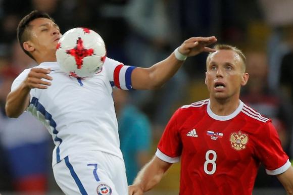 Alexis Sánchez controla el balón ante la marca de Denis Glushakov. Foto: Reuters