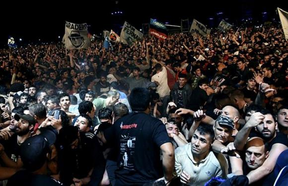 Más de 300 mil personas asistieron; la capacidad era para 175 mil. Foto: AFP
