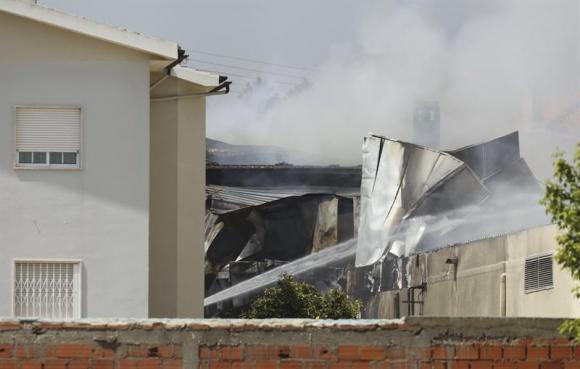 La aeronave cayó en la zona del estacionamiento de un supermercado. Foto: EFE
