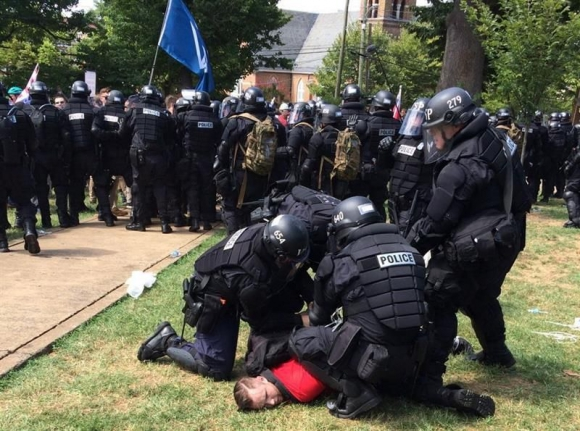 Violenta marcha en Virginia. Foto: EFE