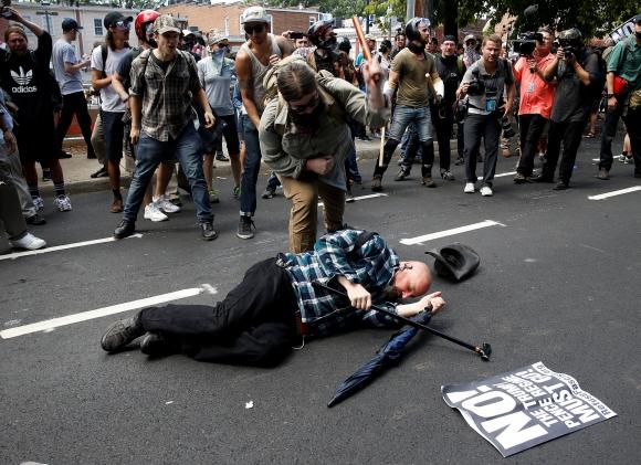 Violenta marcha en Virginia. Foto: Reuters