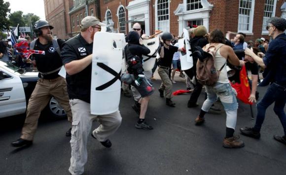 Enfrentamientos entre supremacistas y antirracistas en Charlottesville. Foto: Reuters.