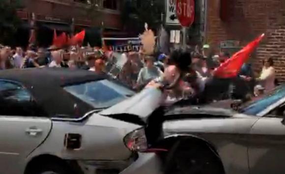 Vehículo choca y atropella a varias personas en Charlottesville. Foto: Captura de Pantalla.