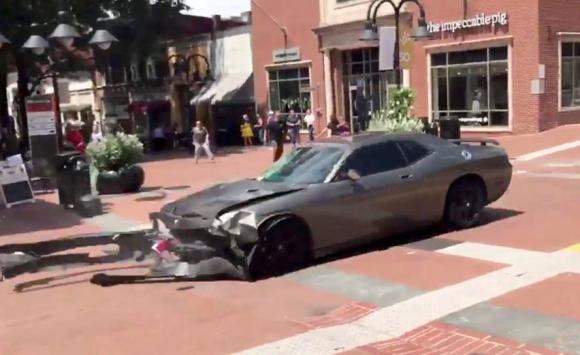 Vehículo choca y atropella a varias personas en Charlottesville. Foto: Reuters.