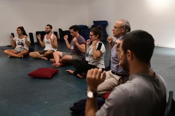 En El Arte de Vivir utilizan técnicas de respiración para lograr meditar . Foto: M. Bonjour.