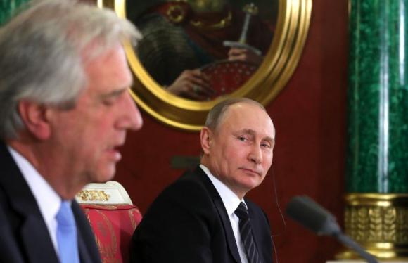 Putin mira a Vázquez en la conferencia que dieron tras reunirse. Foto: EFE