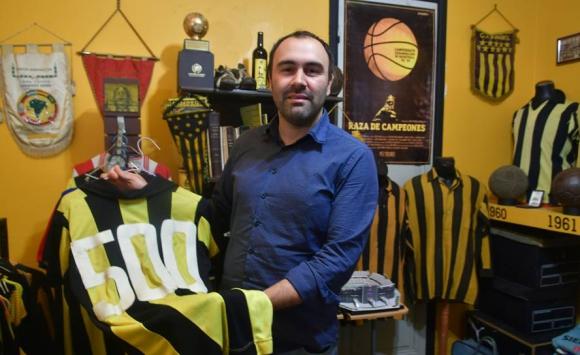 Uriel Cancela con la camiseta de Fernando Morena con el número 500. Foto: Fernando Ponzetto.