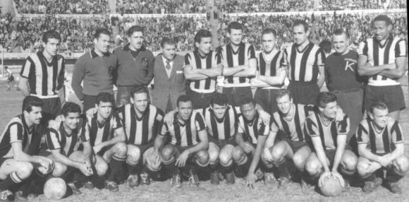 El plantel de Peñarol que ganó la primera Libertadores (1960). Foto: Archivo El País