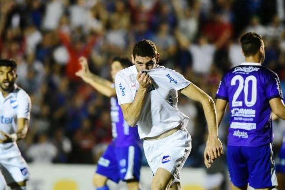 El festejo de Agustín Rogel tras marcar su primer gol en primera. Foto: Marcelo Bonjour