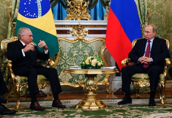 Mientras su situación se complica, Temer está de gira por Rusia. Foto: AFP