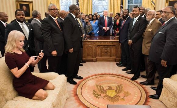 Críticas a Kellyanne Conway por poner sus pies en un sofá del salón Oval. Foto: AFP.