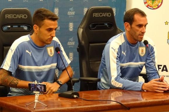 Diego Godín y Matías Vecino en conferencia de prensa. Foto: @Uruguay