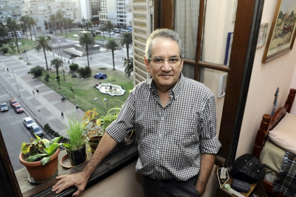 El periodista Emib Suárez es inquilino de un monoambiente sobre la Plaza. Foto: Darwin Borrelli.