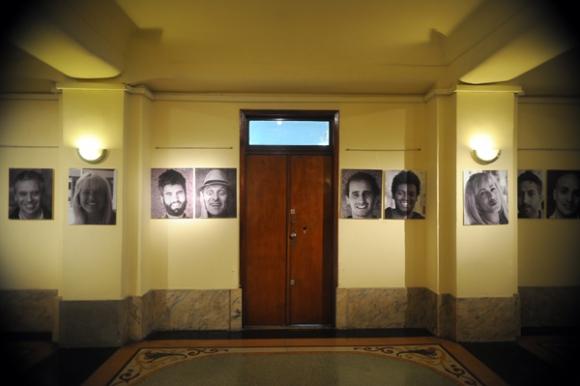 En el entrepiso, una exposición de retratos de Ivo Panico, vecino del Salvo, es un homenaje a sus habitantes. Foto: Fernando Ponzetto.