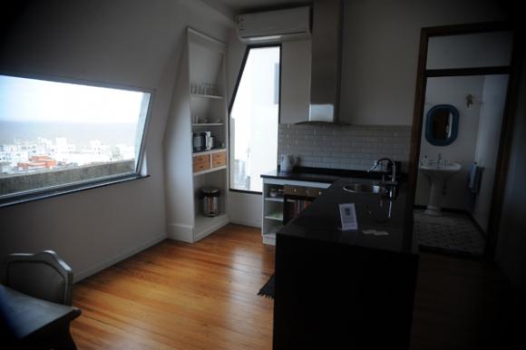 En el 9° y 10° piso funciona Salvo Suites, apartamentos que se alquilan a turistas. Foto: Fernando Ponzetto.
