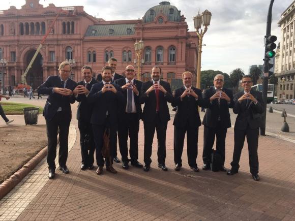 Casa Rosada. Representantes de Argentina y Uruguay con el símbolo de la candidatura. Foto: FUBB