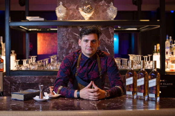 Giovanni Berón, bartender encargado del Sofitel Casino Carrasco.
